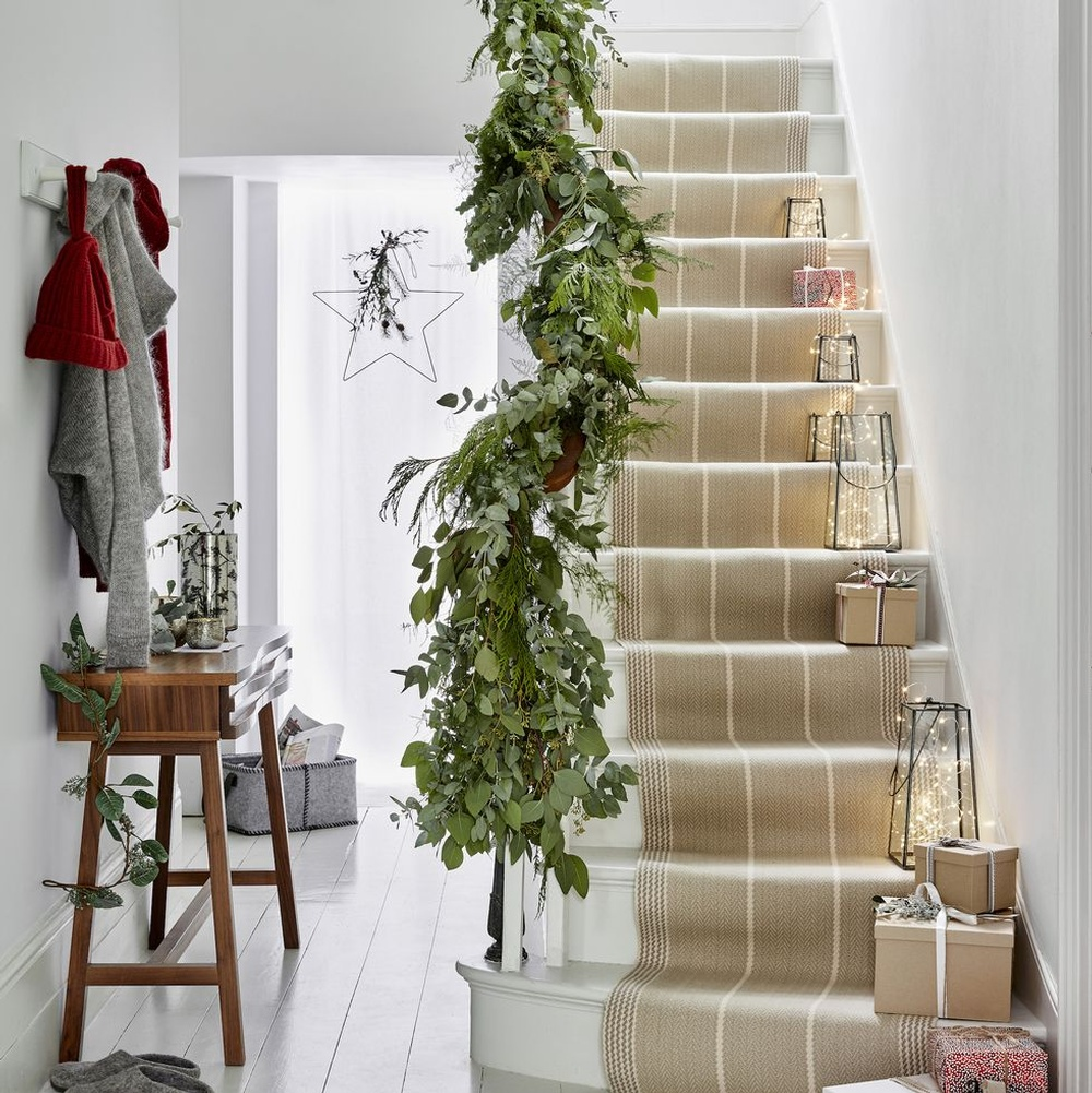 hallway-christmas-garland-stairs-style-inspiration-1607049080